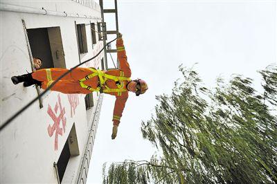 """<p>  """"单绳速降准备!开始!""""只听""""唰……""""的一声,一名消防员手牵一根绳子,以垂直墙体90度的姿势,从顶楼安全到达地面。</p>"""