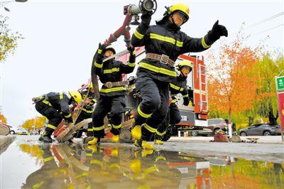 <p>  枪炮协同进攻操训练,队员气势如虹。所有的动作是一气呵成,他们争分夺秒,练、练、练,虽然这只是日常的一个普通操法训练,但是每一名消防员都竭尽全力。</p>