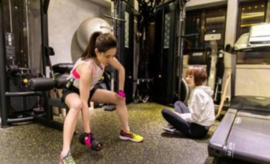 李若彤晒和鲁豫健身照 运动装扮活力十足