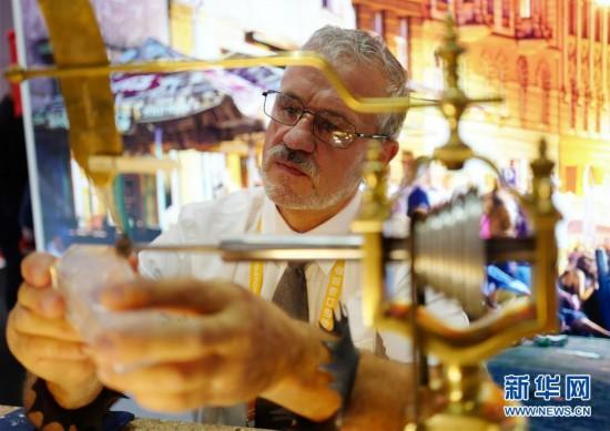 (第二届进博会・人物)(1)玻璃雕刻师――捷克艺术家伊日・特萨