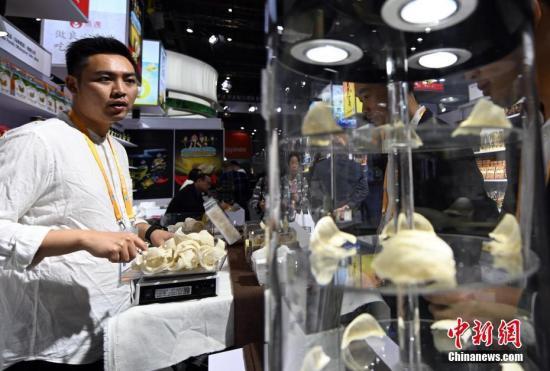 11月6日,在上海举行的第二届中国国际进口博览会上,马来西亚参展商推介当地燕窝产品。<a target='_blank'  data-cke-saved-href='http://www.chinanews.com/' href='http://www.chinanews.com/'><p  align=