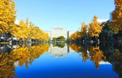 清华大学添新景:主楼倒映池水中