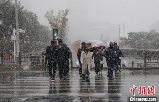 10月31日、青海省西寧市の市街地に降った初雪(撮影・馬銘言)。
