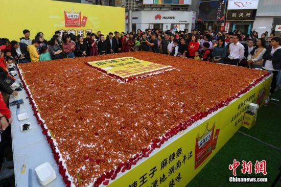 长沙街头现巨型辣条蛋糕 用料总和超1000斤