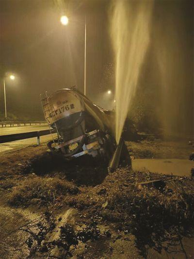 扬州司机凌晨疲劳驾驶 撞破自来水管水柱冲天