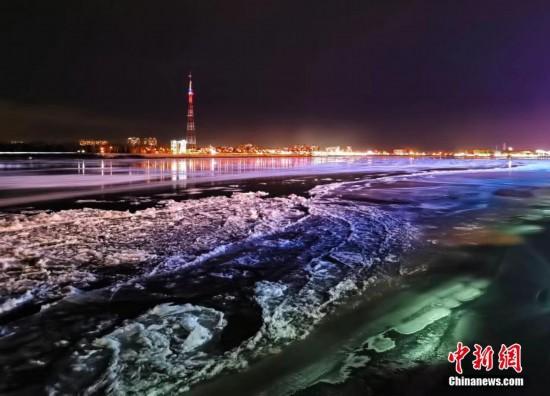 黑龙江黑河段冬夜江景别样美