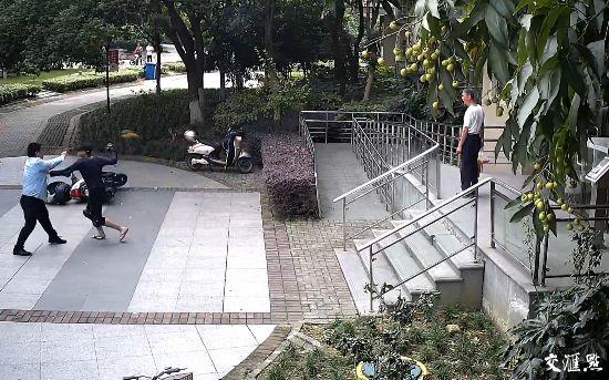 济源淘宝代运营女学生之花:苏州外卖小哥为抢2分钟挥拳打晕保安掰折民警手指