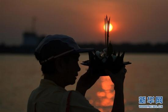 (国际)(1)泰国民众庆祝水灯节