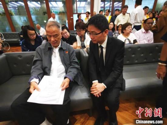 图为檀�蜕�(右)慰问陈永栽(左)及夫人,并亲手转交了中国国务院侨务办公室发来的唁电。 关向东 摄