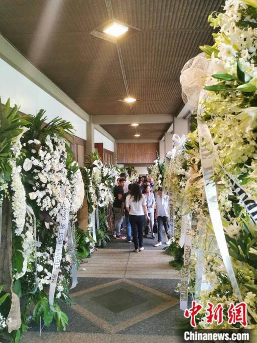 2019年11月13日,马尼拉沓义传统纪念墓园纪念堂,菲律宾各界人士敬献的花篮,摆满了两个主纪念堂的甬道。