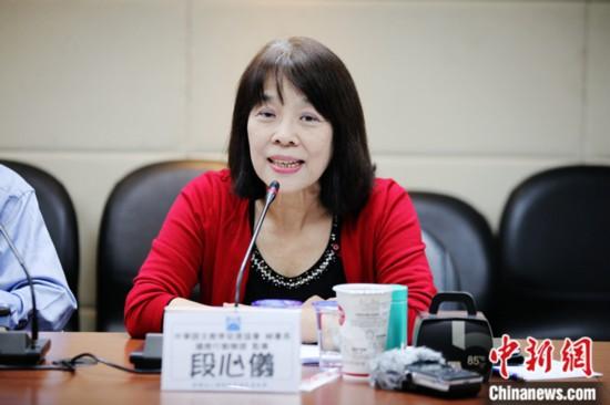 11月13日,台湾中华语文教育促进协会秘书长段心仪在台北表示,今年实行的新版高中语文课纲,大幅缩减文言文篇幅,并强调所谓兼顾多元文化,导致学生不了解文章背后的内容,不利学生综合素质的培养。中国国民党智库国政基金会当天举办座谈会,邀请教育界人士讨论台湾新版12年(指小学至高中)教育课纲对学生的影响。<a target='_blank'  data-cke-saved-href='http://www.chinanews.com/' href='http://www.chinanews.com/'><p  align=