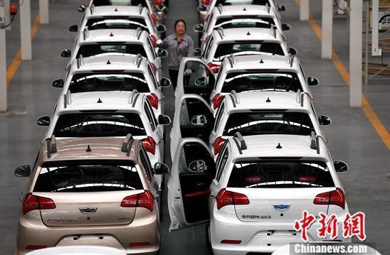 资料图:新能源汽车生产线上工作。<a target='_blank'  data-cke-saved-href='http://www.chinanews.com/' href='http://www.chinanews.com/'><p  align=