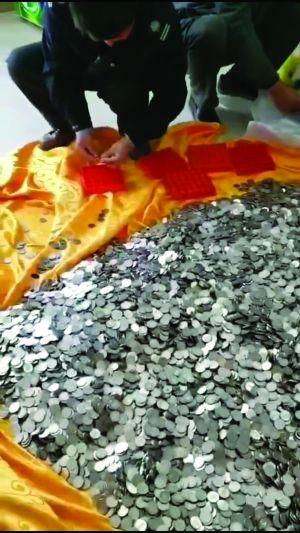 鹽城業主不認可物業公司服務 用600多斤硬幣交物業費