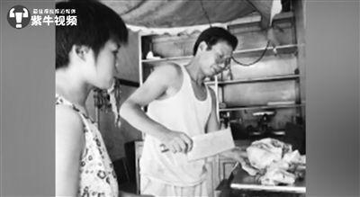 北京大学を卒業し、豚肉を売る仕事に就いて話題となっていた当時の陸歩軒さん。