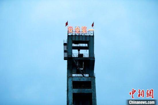 梁宝寺煤矿事故救援:八吨冰块降温机器人探测灭火