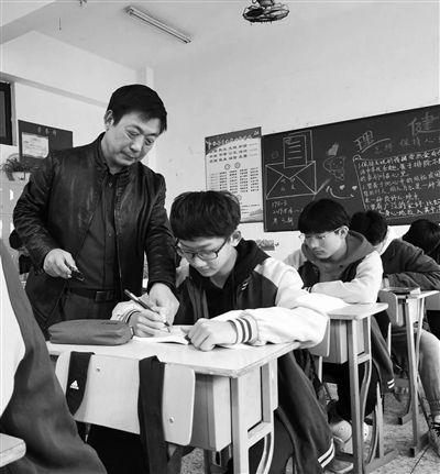"""揚州一數學老師用""""函數曲線""""繪出美圖 學生舍不得擦黑板"""