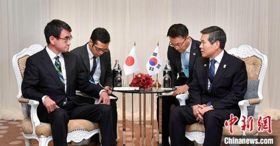 11月17日,韩国国防部长官郑景斗(右一)和日本防卫大臣河野太郎(左一)在泰国举行会谈。 韩国国防部介绍,韩方重申,基于目前安全形势考虑,不再续签《韩日军事情报保护协定》是必然选择。 图为会谈现场。<a target='_blank'  data-cke-saved-href='http://www.chinanews.com/' href='http://www.chinanews.com/'><p  align=