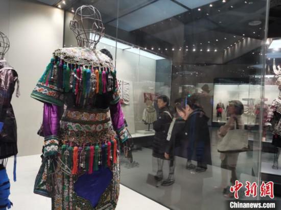 11月20日,两岸媒体文化交流参访团来到贵州博物馆。图为参访团成员观看苗族服饰。 张舵 摄