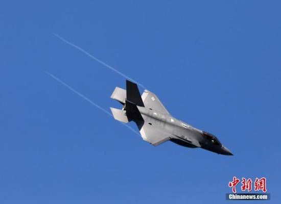 当地时间10月11日,美国F-35隐形战斗机在旧金山金门大桥附近进行特技飞行表演。当日,2019美国旧金山舰队周特技飞行表演以及舰队巡游在金门大桥附近举行,多种型号知名飞机及战舰吸引了军迷及游客的关注。今年的舰队周为期9天,由舰队巡游、飞行表演以及艺术活动等内容组成。 <a target='_blank'  data-cke-saved-href='http://www.chinanews.com/' href='http://www.chinanews.com/'><p  align=
