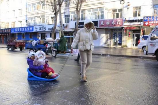 23日、夜間の降雨で街の通りがスケート・リンクと化した黒竜江省黒河市。