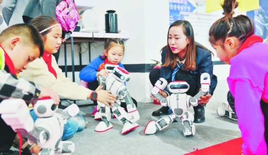 与智能机器人亲密接触。 葛传红 记者 郭如琦 摄