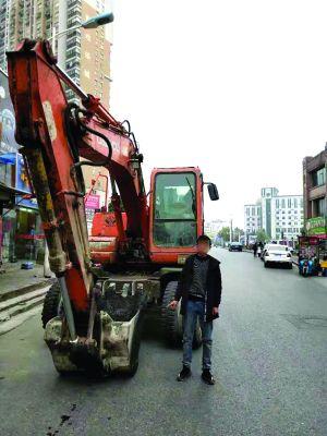 鎮江14歲少年自學駕駛 偷開挖掘機鬧市區兜風