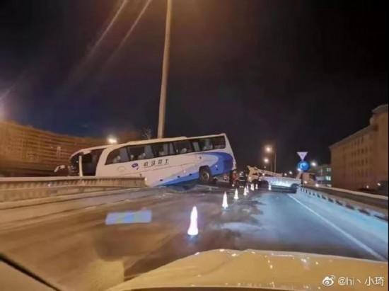 京城光明桥附近连发多起交通事故 寒冬洒水事故背后谁之过