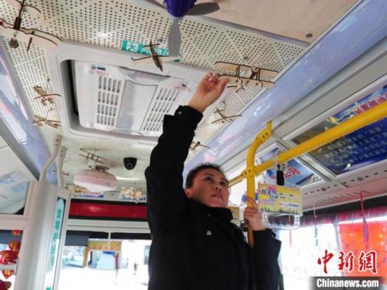 长春科技主题公交车吸睛:炫酷模型展现科技的力量