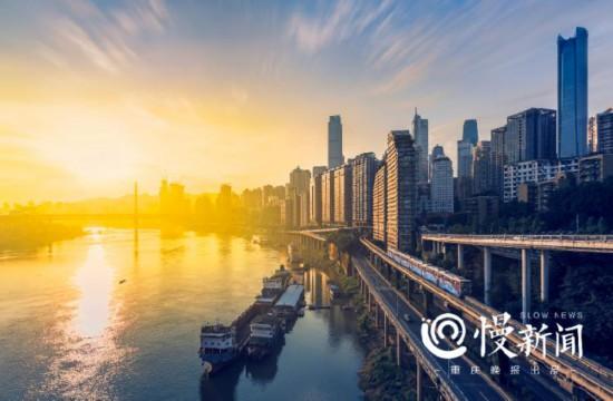 陈云元用专业相机拍摄的城市风光照片,现在出现在很多轻轨站内