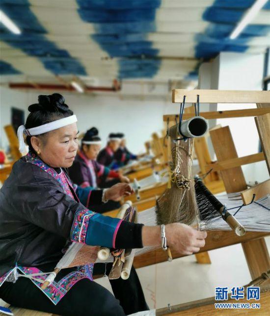 """广西三江:侗家妇女巧织""""锦绣脱贫路"""""""