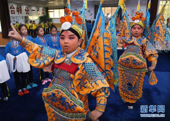 (社会)(1)山东青岛:京剧进校园 国粹有传承