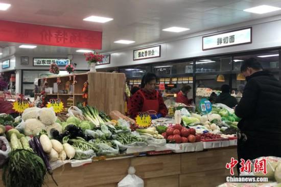 图为北京市西城区一小型便民菜市场。 左宇坤 摄