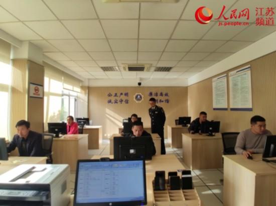 图为船员正在张家港船员远程考场参加考试。