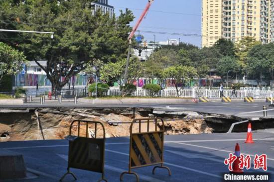 广州地铁施工路面发生塌陷初步确定有车辆陷