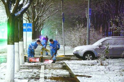 北京市一百五十六辆融雪车应对扫雪铲冰