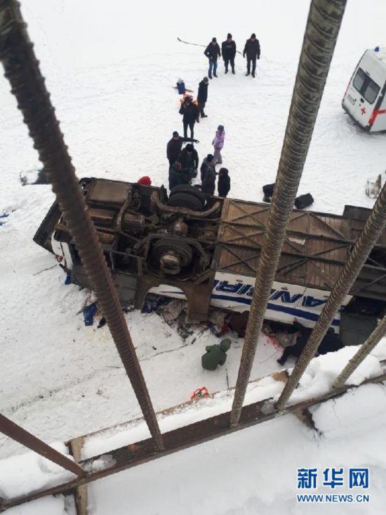 俄外贝加尔边疆区发生大巴坠桥事故致41人死