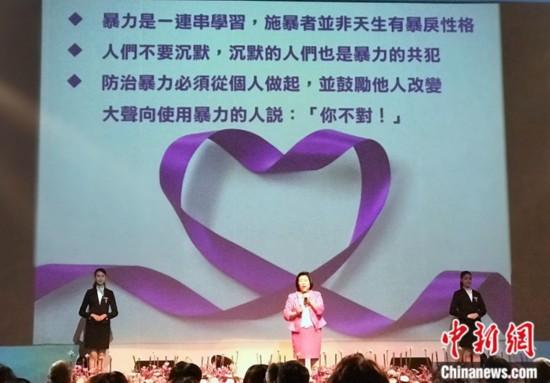 """图为首届""""紫丝带奖""""获奖者之一、台湾书香关怀协会理事长黄瑞汝分享自己的故事。<a target='_blank'  data-cke-saved-href='http://www.chinanews.com/' href='http://www.chinanews.com/'><p  align="""