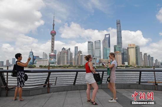 资料图:旅客在上海外滩游玩,欣赏黄浦江两岸美景。殷立勤 摄