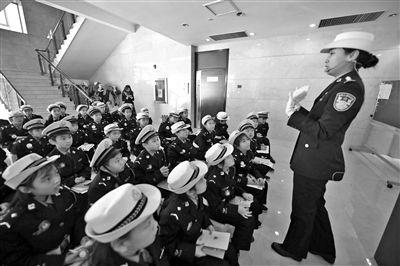 北京交警開展全國交通安全宣傳日活動向市民報告工作成果