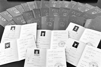 """太原:全市首批38名""""快递小哥""""获颁初级职称证书"""