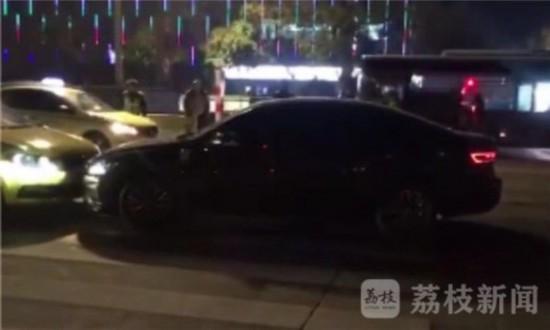 宿遷一男子傷人后闖卡 撞擊多輛車后被抓
