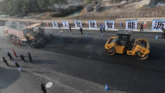 """这项""""未来科技""""在上海首秀,从此路面铺设沥青""""不用人"""""""