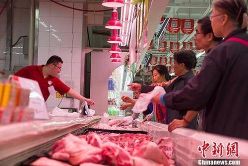 资料图:民众购买猪肉。 <a target='_blank'  data-cke-saved-href='http://www.chinanews.com/' href='http://www.chinanews.com/'><p  align=