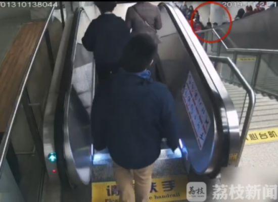 """南京老人电梯上摔倒挤倒众人小伙奋力肩扛""""人墙"""""""
