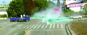 蘇州貨車避讓電動車急打方向 15噸玻璃傾覆埋了騎車人