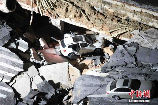 厦门吕岭路口出现路面坍塌 未造成伤亡