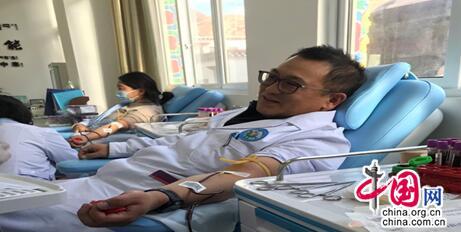 天津医科大学援藏医生许奎斌 血库告急下了手术台走上献血台