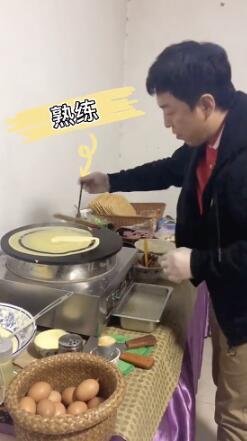 黄渤摊煎饼果子手法娴熟有模有样 自称摆摊时练过
