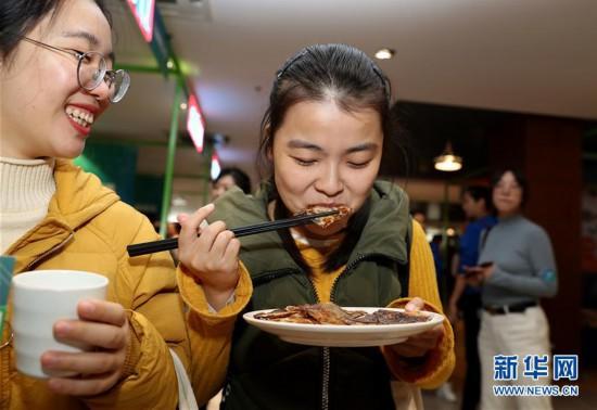 """(新华视界)(4)上海:大学生美食节 """"青春饭""""大比拼"""