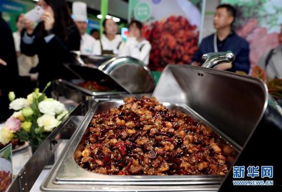 """(新华视界)(2)上海:大学生美食节 """"青春饭""""大比拼"""